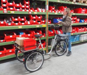 utilisation d'un tricycle industriel dans un entrepot